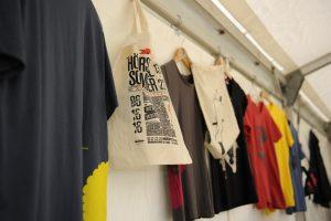 Hörspielsommer auf den Leib - T-Shirts und Beutel mit Hörspielsommer-Motiven