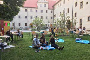 entspannte Stimmung auf dem Hof des Lutherhauses