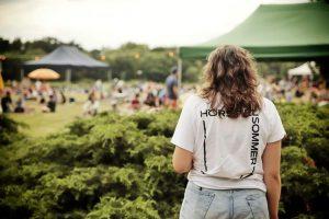 Moderation auf der Bühne / Foto: Tino Pfundt