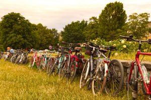 Fahrräder vor dem Gelände / Foto: Tino Pfundt